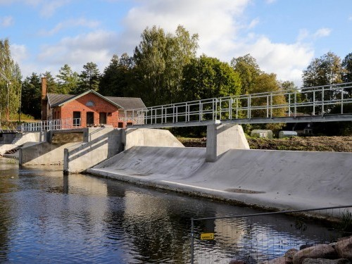 The downstream view of the now-repaired Pärnu River dam and adjacent building presents a totally different picture – thanks to Penetron crystalline technology.
