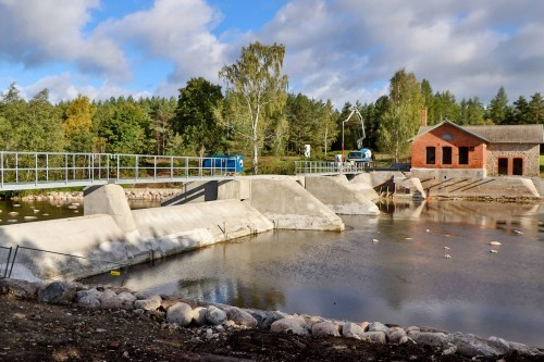 Work on the repaired – and now completely waterproof – Pärnu River dam is complete. The renovated historical building is seen in the background, also looking like new.